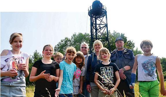 Kinder genießen Ausblick vom Leuchtturm