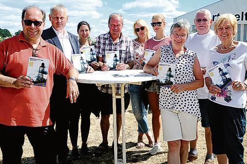 Pastor Hammann tauft Kinder mit Weserwasser